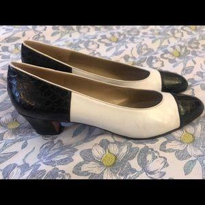 Women's Vintage Ferragamo kitten heels, size 10